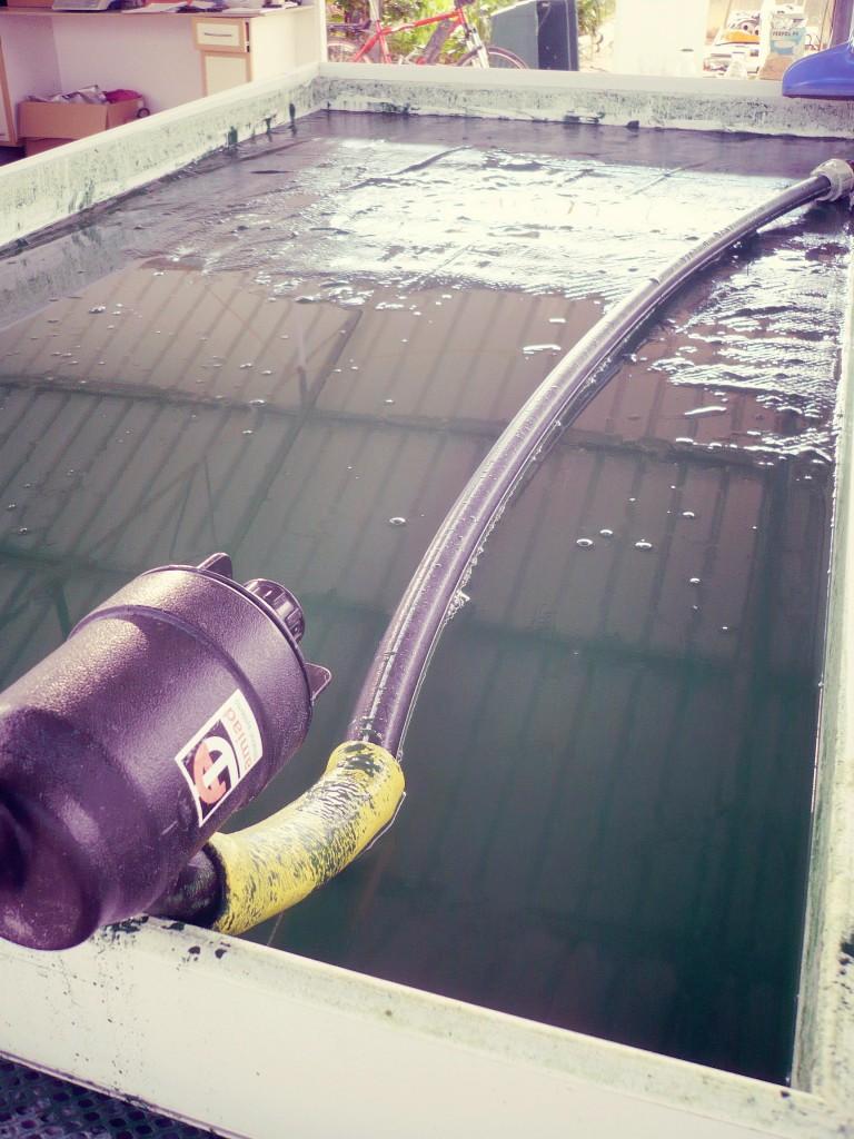 L'eau des bassins de spiruline est amenée sur des filtres pour recueillir la spiruline
