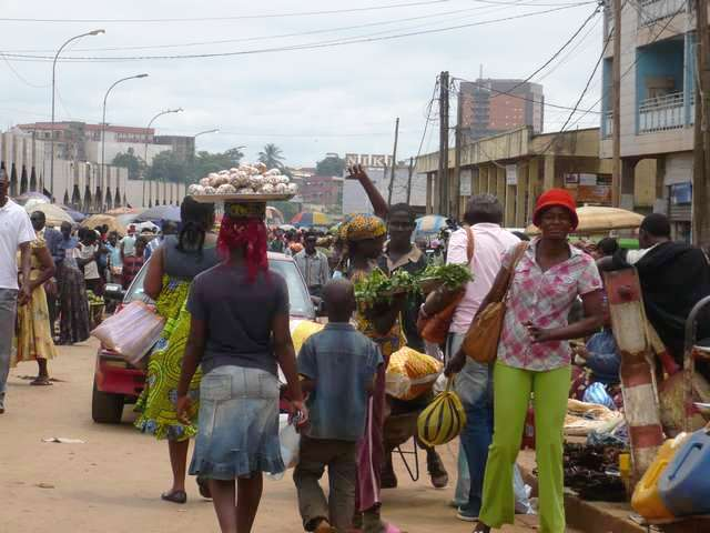 rue de marché à Yaoundé