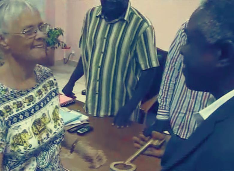 Denise Fox remet la clé à Roger Adounkpe
