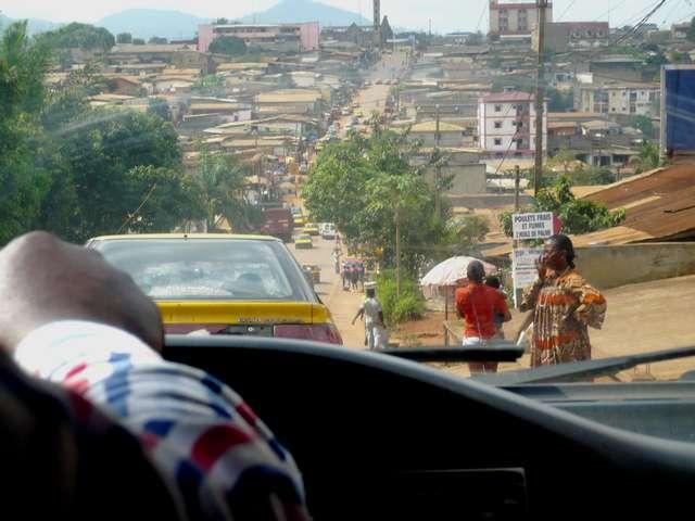 dans la voiture sur les routes de Yaoundé
