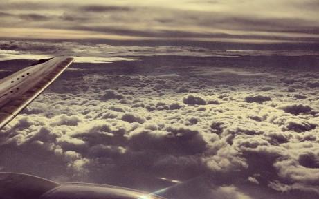 vol en avion au dessus des nuages